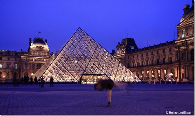 Louvre mit Pyramide bei Nacht