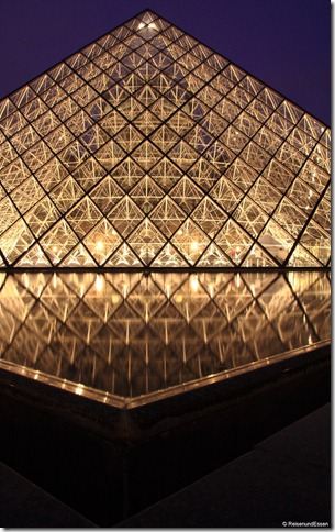 Pyramide beim Louvre bei Nacht