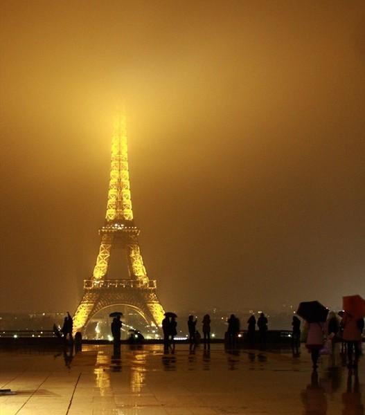 Tour Eiffel bei Nacht und Regen