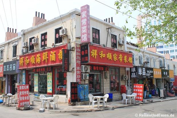Qingdao - Imbiss mit Tischen
