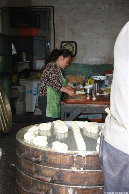 Pingyao - Zubereitung einer Teigspeise