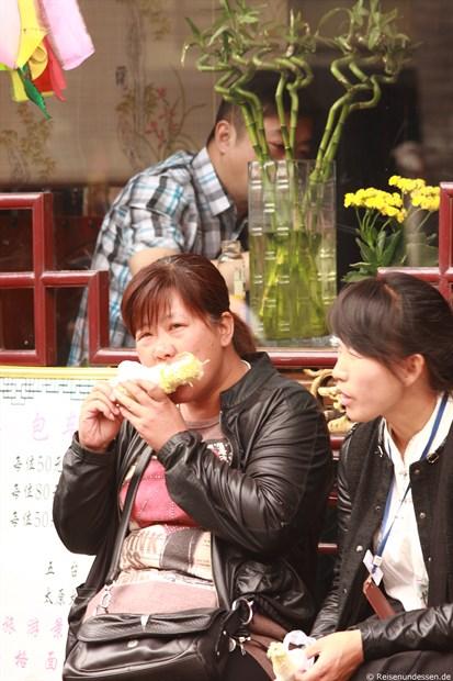 Pingyao - Chinesische Touristinnen mit Maiskolben
