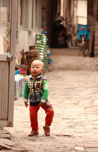 Pingyao - Kind in einem Innenhof