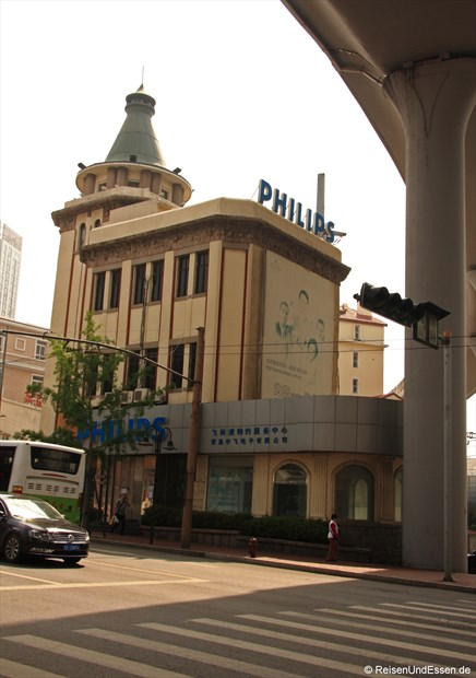 Qingdao - Gebäude neben/unter der Autobahn
