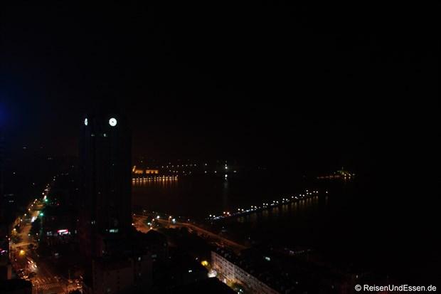 Blick auf das Meer bei Nacht
