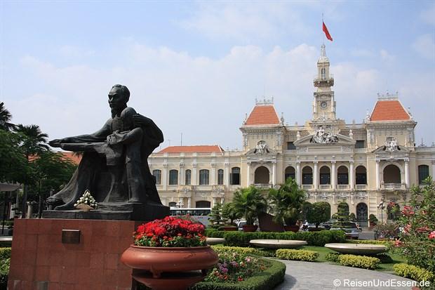 Saigon - Rathaus und Statue von Ho Chi Minh