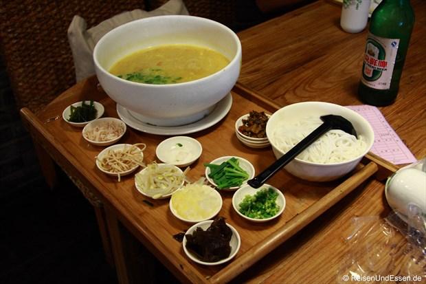 Yunnan Restaurant - Reisenudelsuppe mit den einzelnen Zutaten