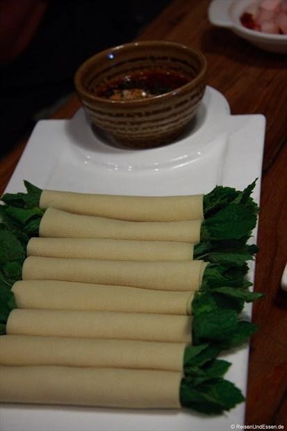 Tofublätter mit Minze und eine scharfe Sauce