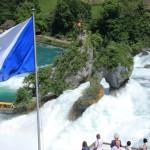 Tosende Wassermassen am Rheinfall in Schaffhausen