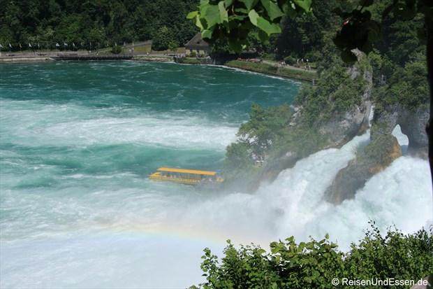 Schweiz - Rheinfall mit Regenbogen und Schiff
