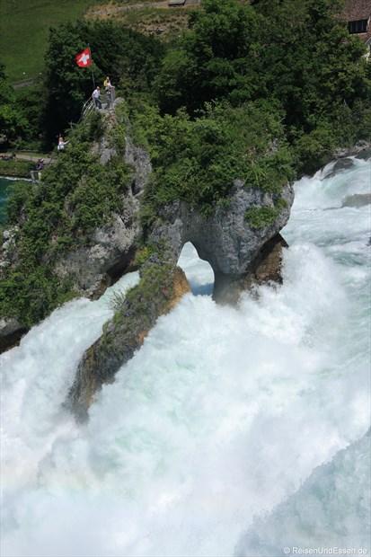 Schweiz - Rheinfall mit Felsen