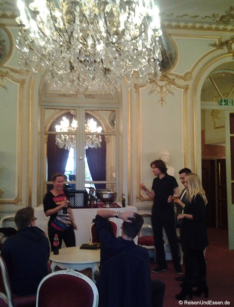 Erfrischungspause im Spiegelsaal im Theater von Baden Baden