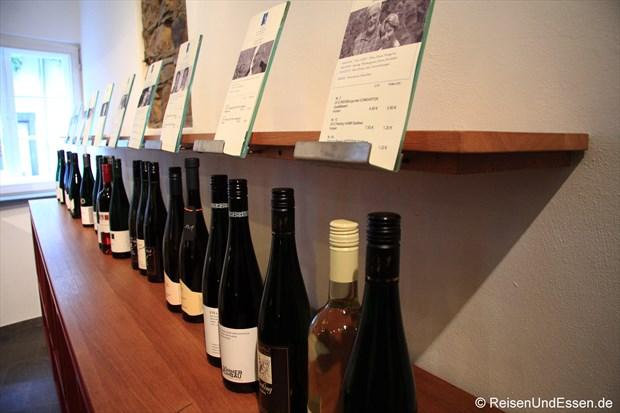 Präsentation verschiedener Weine in der Vinothek