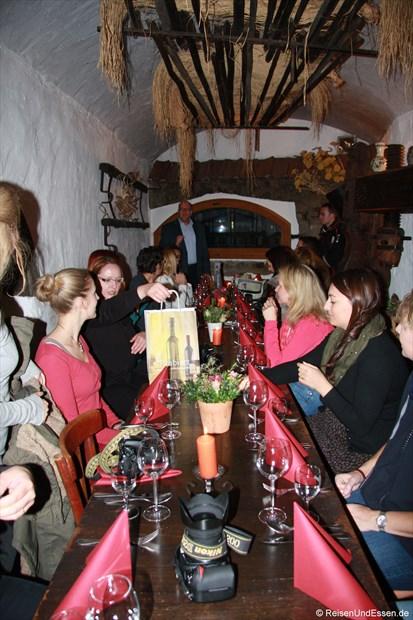 Reiseblogger mit Weinköniging (li) in der Gutsschänke Schaaf