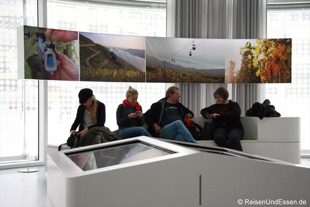 Ingo mit 3 beschäftigten Reisebloggerinnen im Forum Confluentes