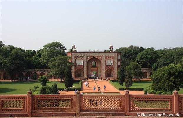 Blick vom Humayun Mausoleum auf das Eingangstor