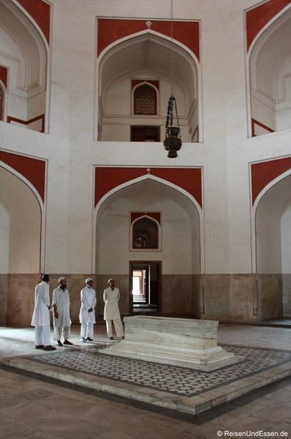 Im Innenbereich des Humayun Mausoleum mit einem Grab