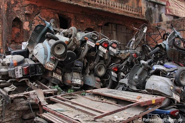 Schrotthaufen in der Altstadt von Jaipur
