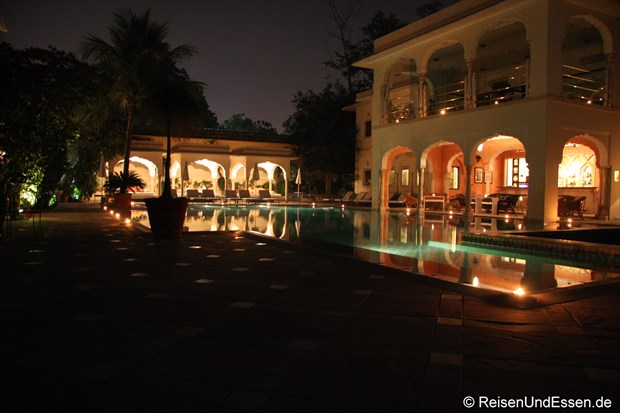 Samode Haveli - Poolbereich am Abend