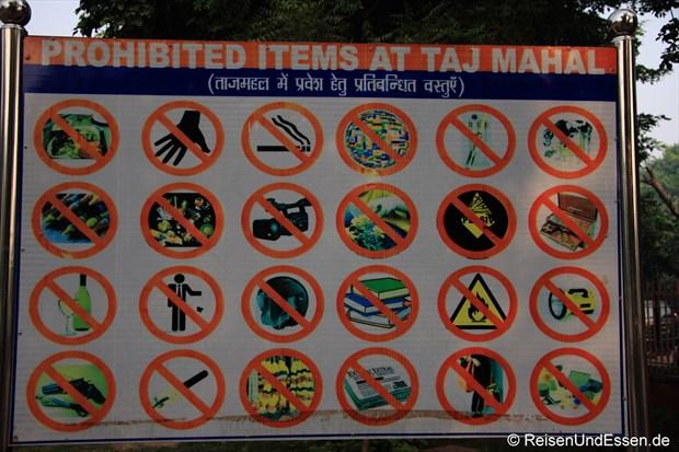 Tafel mit Hinweis auf verbotene Gegenstände