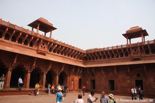 In einem Innenhof im Roten Fort in Agra