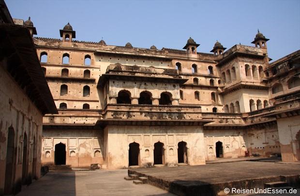 Im Stadtpalast (Raj Mahal) in Orchha mit Podium für Aufführungen