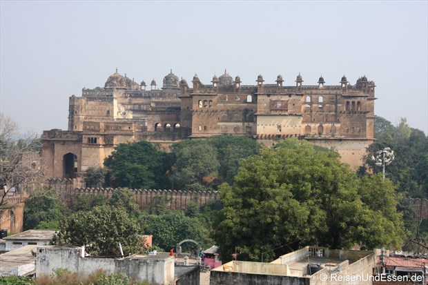 Blick vom Chaturbhuj Tempel zum Fort in Orchha