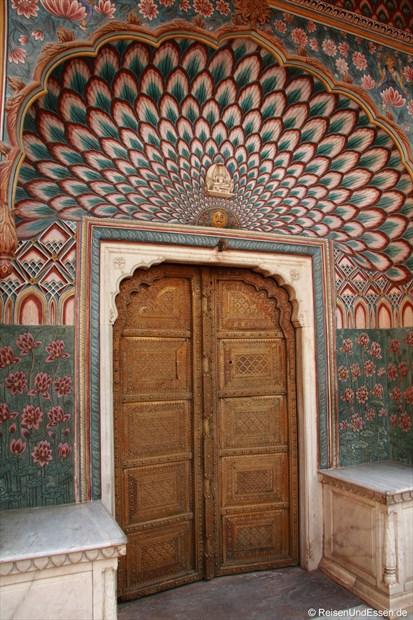 Tor mit Dekoration im Stadtpalast von Jaipur