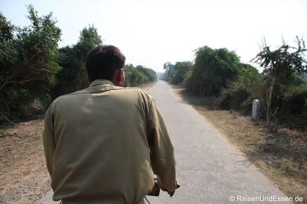 """Mit unserem """"Fahrer"""" mit der Rikscha im Vogelschutzgebiet"""