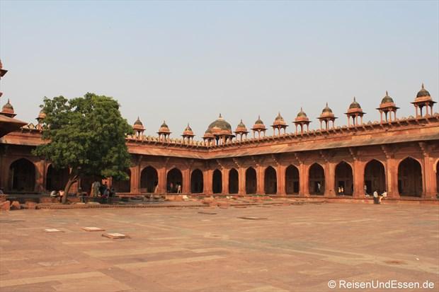 Im Hof der Jama Moschee