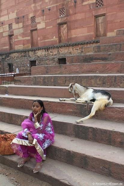 Auf den Stufen zum Eingangstor in Fatehpur Sikri