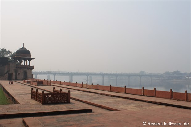 Blick vom Mausoleum Itimad-ud-Daulah auf Brücke und Fluss in Agra