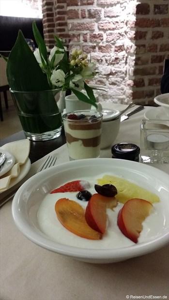 Unser Joghurt mit Obst beim Frühstück