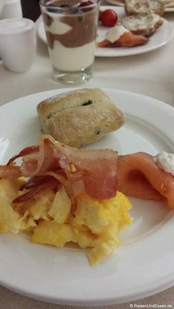 Unser Frühstück mit Ei, Speck und Lachs