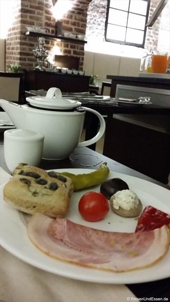Unser Frühstück mit Wurst, Brötchen und Tee