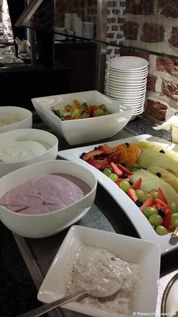 Frühstücksbuffet mit verschiedenen Joghurt und Quark sowie Obst