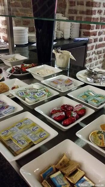 Frühstücksbuffet mit Käse und Butter