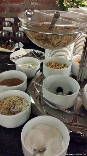 Frühstücksbuffet mit verschiedenen Sorten Müsli