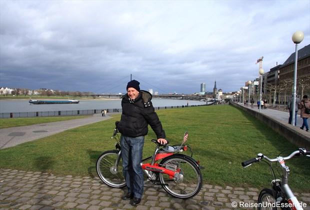 An der Rheinpromenade mit dem Fahrrad unterwegs