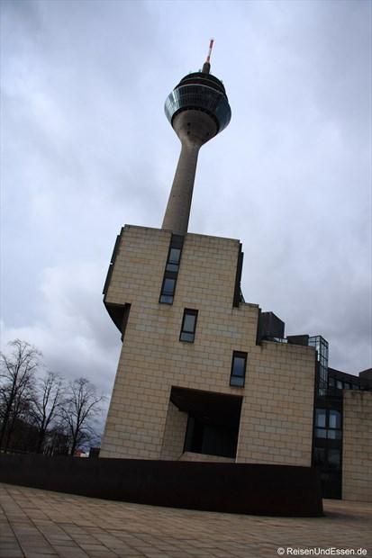 """Blick auf den """"schiefen"""" Rheinturm"""