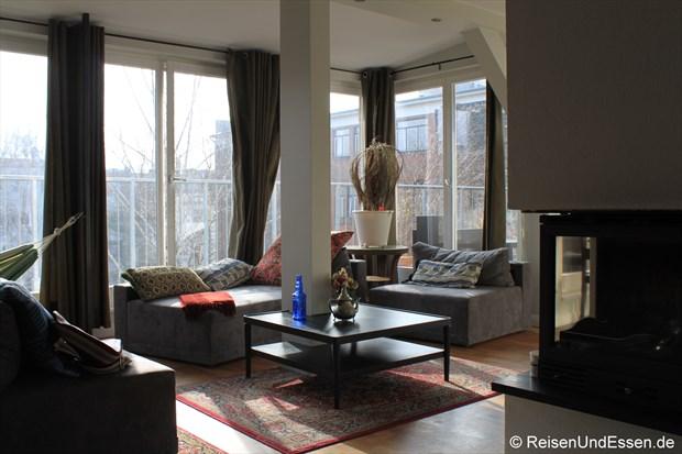 Blick in den Wohnbereich in unserer Ferienwohnung in Berlin