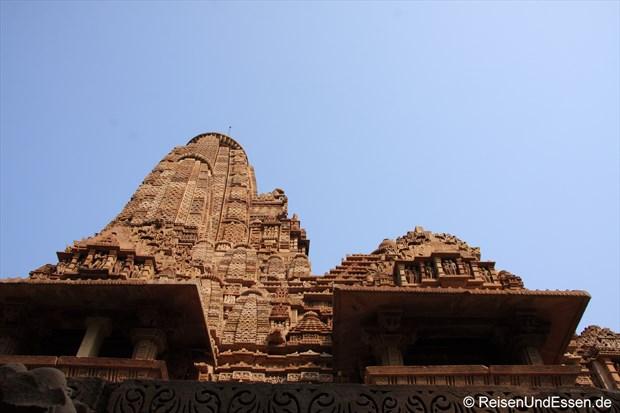 Blick nach oben am Lakshmana Tempel von Khajuraho