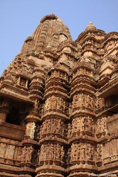 Tänzerinnen am Kandariya-Mahadeva-Tempel in der westlichen Tempelgruppe von Khajuraho