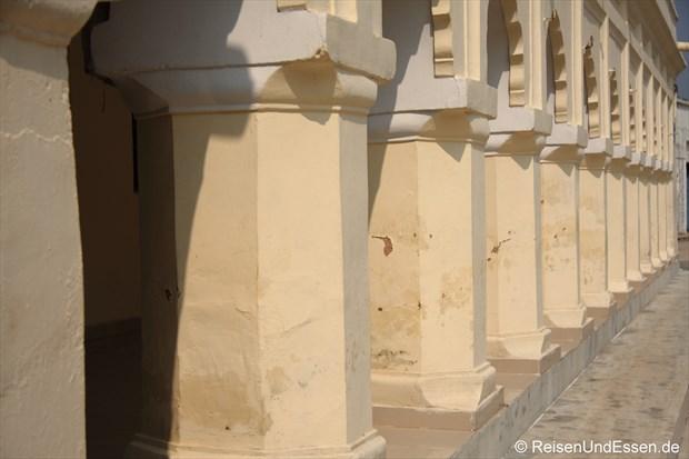 Säulengang bei der östlichen Tempelgruppe in Khajuraho
