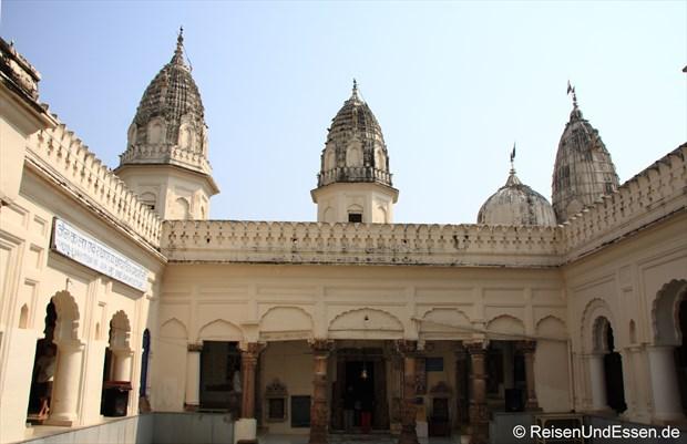 Innenhof in einem Tempel der östlichen Tempelgruppe in Khajuraho
