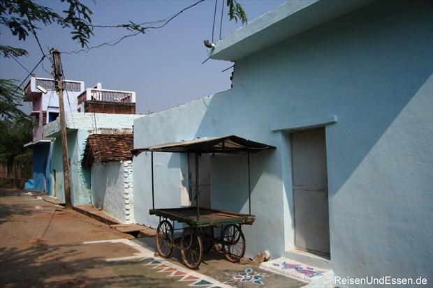 Idylle in einer Steingasse in Khajuraho
