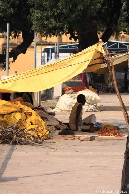 Verkäufer mit seinem Stand in Khajuraho