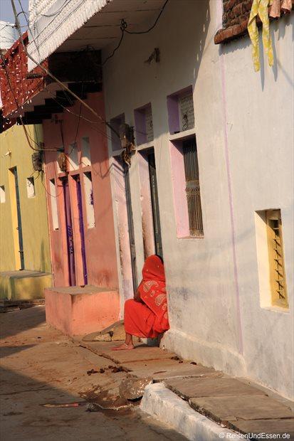 Inderin am Hauseingang in Khajuharo
