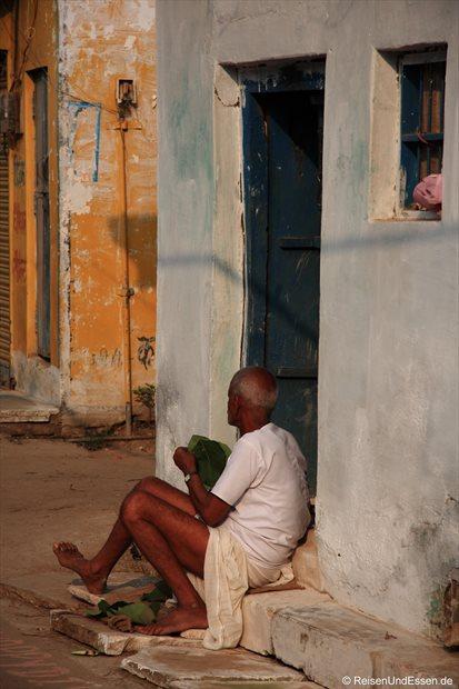 Alter Mann vor seinem Haus in Khajuraho