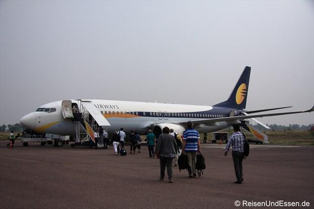 Über das Vorfeld zum Flugzeug nach Varanasi